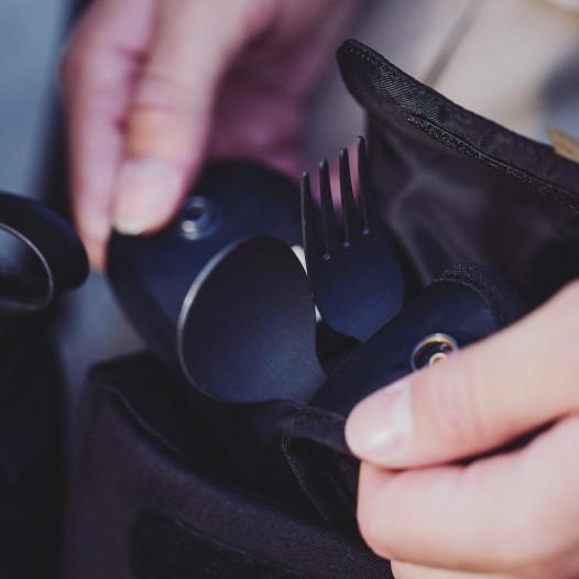 Herausnehmbare Tasche für Besteck und Löffelchen.