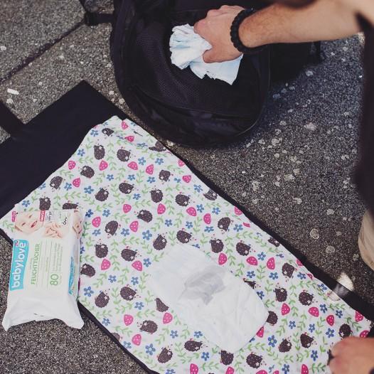 """""""Dump""""-Pouch mit Roll-Top-Verschluss für Windeln und Wäsche sowie Herausnehmbare und gepolsterte Wickelunterlage."""