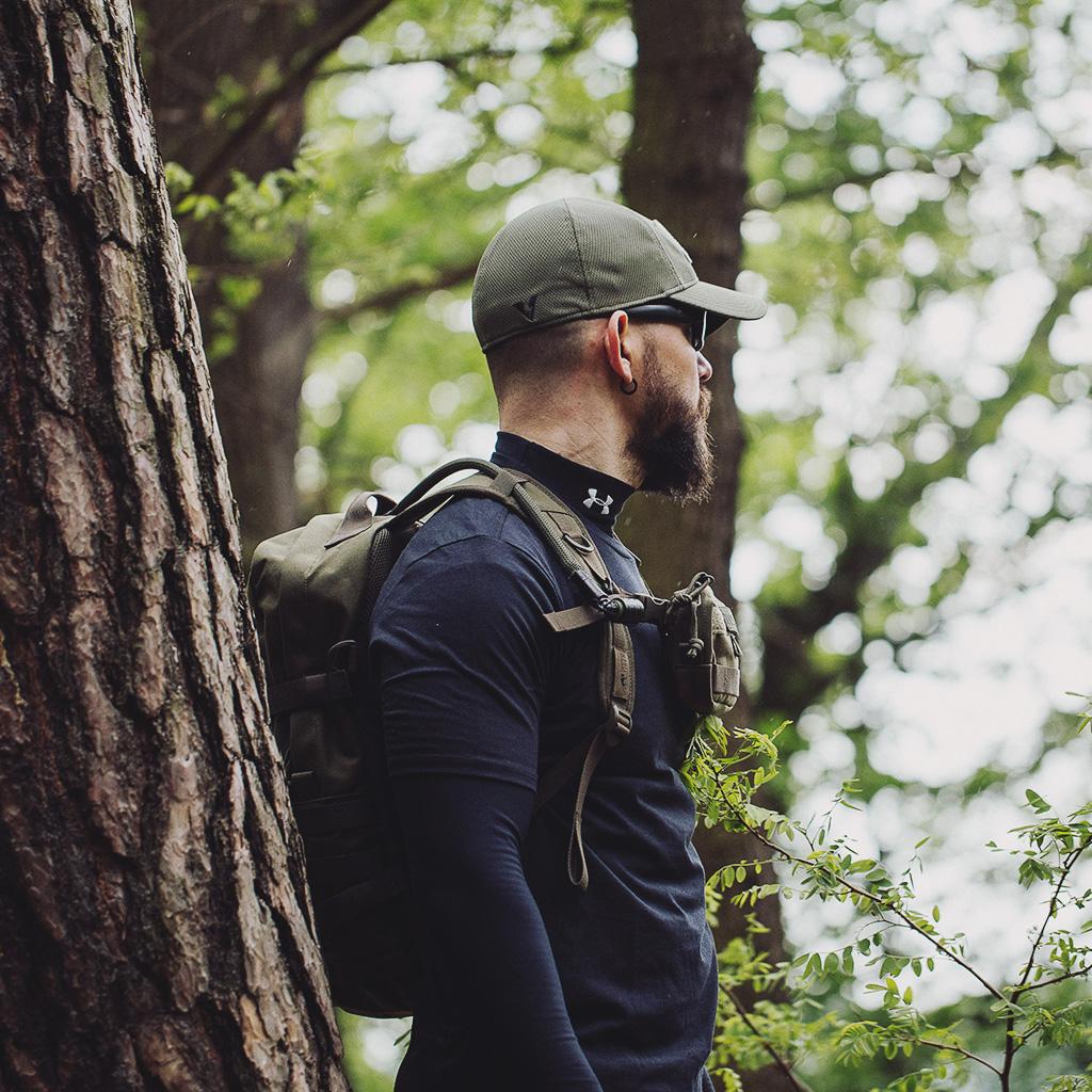 100 K Hike Bundle: TT Essential Pack L in Verbindung mit der praktischen TT Tac Pouch 4, die sich ideal über den Brustgurt des Essential Packs als Chest Kit schlaufen